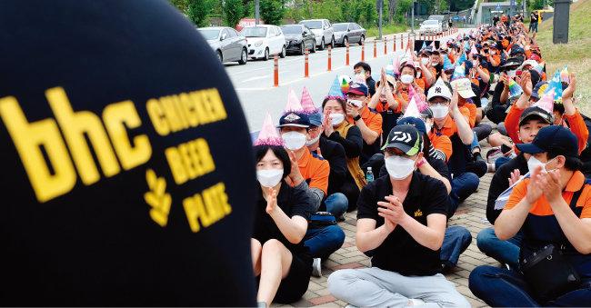 6월 14일 치킨프랜차이즈 bhc 가맹점주들이 정부세종청사 공정거래위원회 앞에서 평화집회를 열고 bhc 본사의 불공정 행위 개선을 촉구했다. [뉴시스]