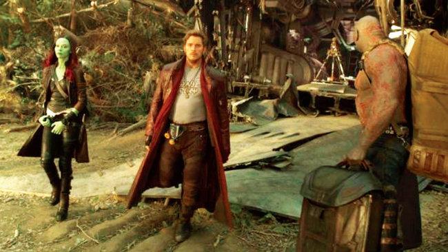 영화 '가디언즈 오브 갤럭시'의 한 장면. 주인공 피터 퀼(크리스 프랫 분·가운데)이 허리춤에 워크맨을 차고 있다. [사진 제공 · IMDB]