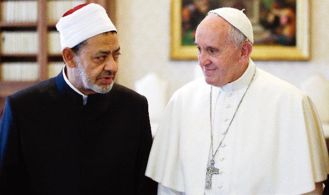 이슬람 수니파 최고 교육기관으로 꼽히는 이집트 아즈하르대의 수장인 이맘 아흐메드 엘 타에브 대(大) 이맘(왼쪽)과 프란치스코 교황이 2016년 5월 23일 바티칸에서 대화하고 있다. [AP=뉴시스]