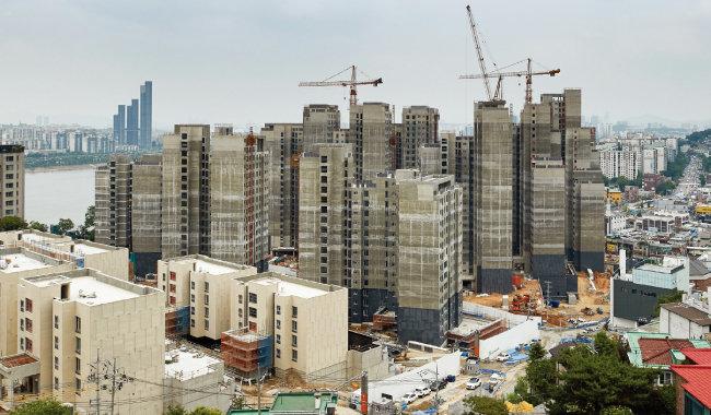 서울 시내 한 아파트 공사현장. 이런 대규모 건축 관련 심의가 증가일로에 있어 통폐합이 필요하다는 지적이 나온다. [동아DB]