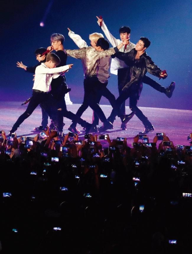 폐회식에서 공연을 펼치고 있는 iKON(아이콘). [뉴시스]