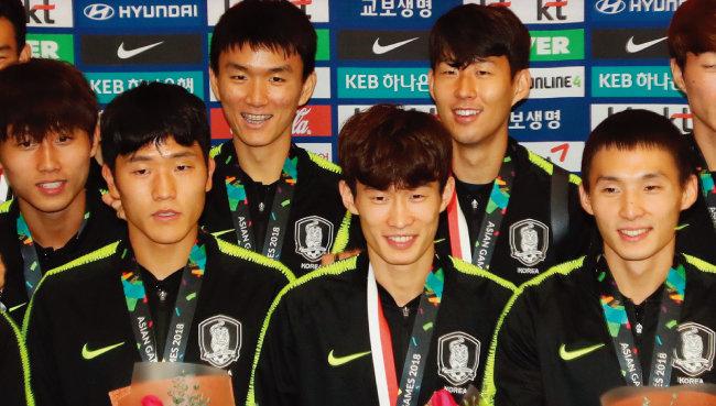 남자 축구대표팀 선수들이 9월 3일 해단식에서 환하게 웃고 있다. [뉴스1]