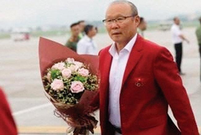 베트남 축구대표팀의 아시아경기 4강 진출을 이끈 박항서 감독이 9월 2일 베트남에 도착해 환영받고 있다. [VN익스프레스]
