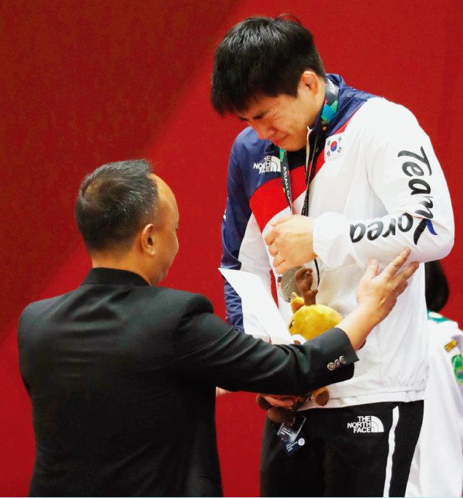 8월 30일 남자 유도 -73kg 시상식에서 안창림이 은메달을 목에 걸고 눈물을 흘리고 있다. 이날 안창림은 결승전에서 일본 오노 쇼헤이에게 석연치 않은 심판 판정으로 패했다. [뉴스1]