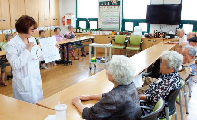 2017년 9월 19일 치매 환자 시설인 서울 마포구 창전데이케어센터에서 작업치료사가 환자들에게 치매 극복 프로그램을 진행 중이다. [동아DB]