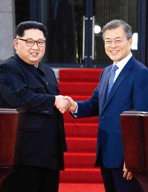 4월 27일 판문점 평화의집 앞에서 문재인 대통령(오른쪽)과 김정은 북한 국무위원장이 '판문점선언문'을 공동 발표한 뒤 악수하고 있다. [동아DB]