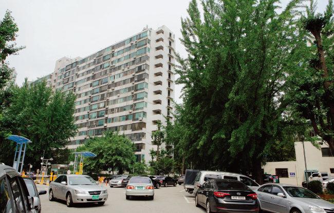 부동산시장에 서울 아파트 불패론이 불거지면서 9월 초까지 국지적으로 아파트 가격이 급상승했다. 사진은 강남권 재건축 아파트 가운데 대장주로 꼽히는 잠실주공5단지. [동아DB]