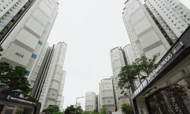 서울 시내 신축 대단지 아파트는 품귀 현상을 빚어 몸값이 껑충 뛰는 형국이다. 사진은 마포 아현동 마포래미안푸르지오 전경. [동아DB]