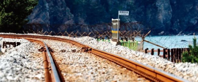 4월 1차 남북정상회담 이후 동해선 구간을 연결하는 것에 대한 기대가 높아졌다. 강원 정동진역 부근의 동해선 철도 모습. [장승윤 동아일보 기자]