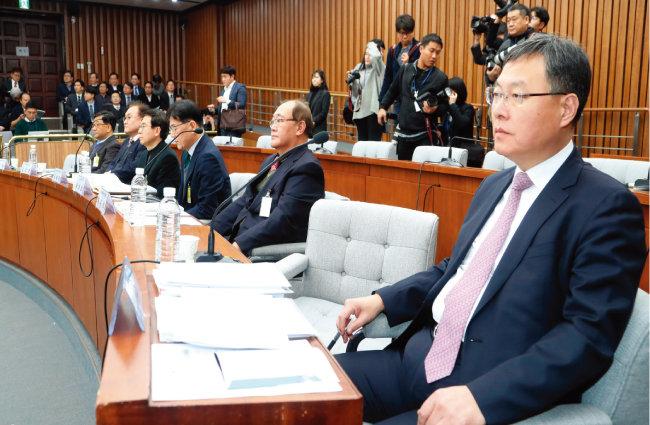 1월 31일 당시 신현수 국가정보원 기획조정실장(오른쪽)이 국회에서 열린 국가정보원 개혁에 대한 공청회에 참석했다. [동아DB]