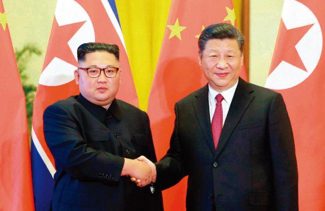 6월 20일 김정은 국무위원장(왼쪽)이 중국을 방문해 시진핑 국가주석을 만나 회담 및 만찬을 했다고 북한 '노동신문'이 보도했다. [뉴시스]