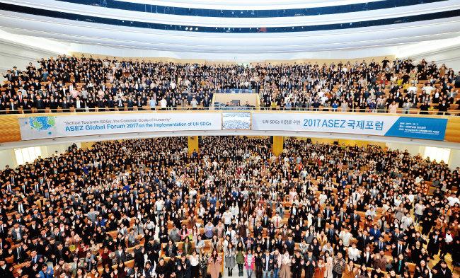지난해 말 하나님의 교회 새예루살렘 판교성전에서 열린 'UN SDGs 이행을 위한 2017 ASEZ 국제포럼'에 참가한 대학생들.