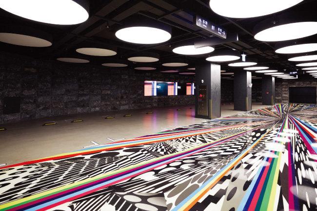 지하 1층 주차장 통로 바닥에 설치된 빠키의 작품 '원형의 진폭과 선의 층위들'.