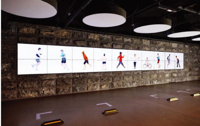 지하 1층 주차장 벽면에 설치된 정정주의 비디오아트 'transfer'.