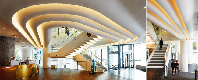'PLACE 1'은 기존의 은행과 사무 공간을 계승한 '오피스 코어'와 은행을 찾은 고객과 일반 시민이 다양한 문화 콘텐츠를 천천히 음미하며 걸을 수 있게 조성한 '슬로 코어'로 나뉜다. 상어 비늘을 연상시키는 계단과 투명 엘리베이터가 설치된 전면부 공간이 '슬로 코어'에 해당한다.