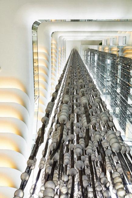 투명 엘리베이터 옆 지상 2~9층에 걸쳐 있는 최성임의 설치미술 작품 'The Hollow Tree'