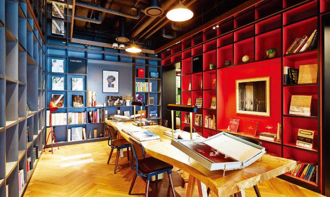 지상 6층 '오피스 코어'에 위치한 '디자인 라이브러리'. KEB하나은행 강남PB센터 고객을 위한 회원제 공간으로 세계적으로 희귀한 디자인 관련 책자를 읽으며 휴식을 취할 수 있는 공간이다.