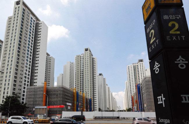 연말 9510가구 입주물량이 풀리는 서울 송파구 가락동 헬리오시티. 전세가가 떨어질 것이라는 전망과 달리 아직까지 전세가 조정 분위기는 형성되지 않고 있다. [동아DB]