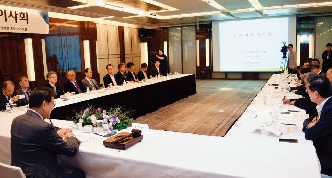 10월 2일 서울 웨스틴 조선호텔에서 열린 한국기원 이사회. 이날 바둑계 미투와 관련해 프로기사 223명이 서명해 요청한 '윤리위원회 보고서의 재작성'에 대해선 찬성 10표, 반대 8표, 기권 3표로 과반수에 미달해 받아들여지지 않았다. [동아DB]