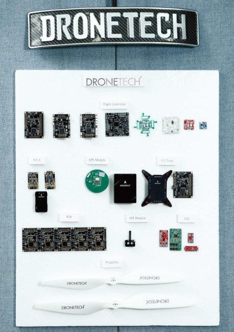 드론텍의 대표 상품 '비행 컨트롤러'의 구성품들. [이상윤]