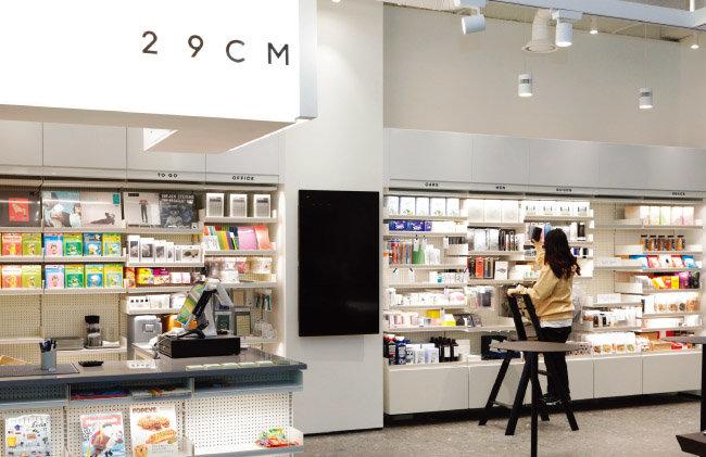 서울 서초구 강남역에서 KEB하나은행과 컬래버레이션을 통해 첫 오프라인 매장을 낸 온라인 편집숍 '29cm'. [박해윤 기자]