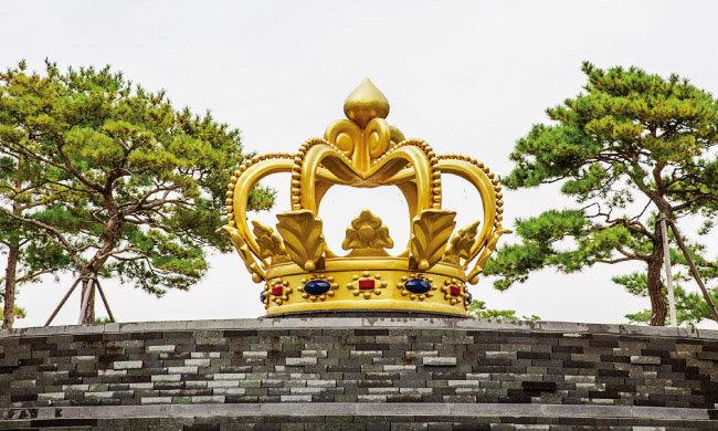 파라다이스시티 호텔&리조트 정문 앞에 설치된 최정화의 'Golden Crown'.