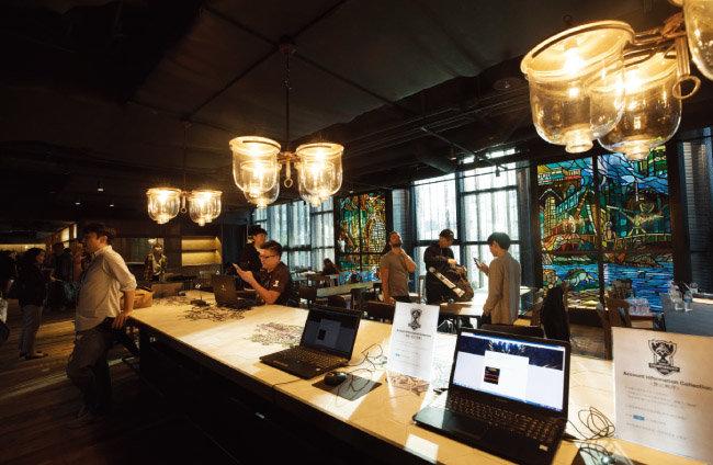'카페 빌지워터'는 리그 오브 레전드 속 도시 느낌의 인테리어가 인상적인 공간이다.