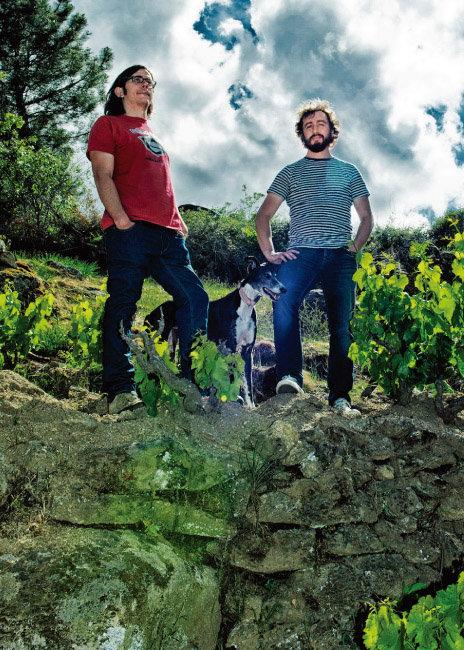 산비탈 바위투성이 포도밭에 서 있는 다니엘 란디와 페르난도 가르시아. [사진 제공 · 배리와인]