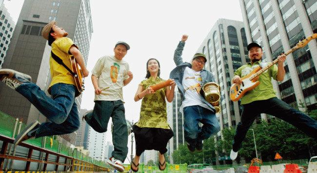 김반장(왼쪽에서 두 번째)과 윈디 시티 [동아DB]