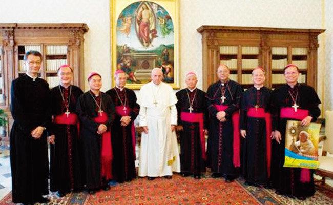 프란치스코 교황(가운데)이 대만 주교들과 기념 촬영을 하고 있다. [사진 제공 · 주바티칸 대만대사관]