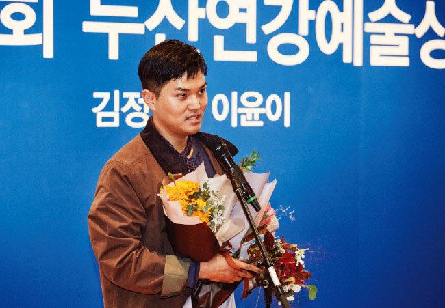 10월 5일 두산아트센터 시상식에서 소감을 말하는 김정 연출가. [사진 제공 · 두산아트센터]
