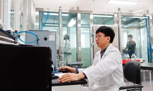 마스크 착용자가 염화나트륨 에어로졸이 공급된 체임버에 들어가 마스크 내·외부 염화나트륨 농도를 측정하는 누설률 실험. [사진 제공 · 한국의류시험연구원]