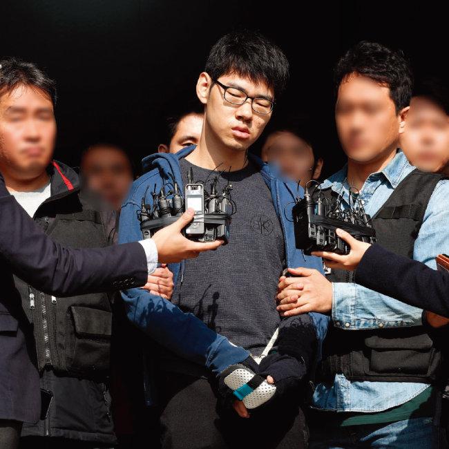 서울 강서구 PC방 살인사건 피의자 김성수 씨가 공주 치료감호소로 이동하기 위해 10월 22일 오전 서울 양천구 양천경찰서를 나서고 있다. [뉴시스]