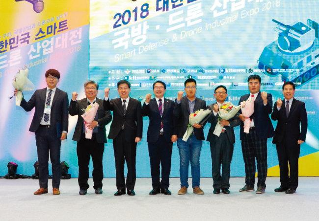 참가 기업 시상식에서 자유한국당 백승주 의원(왼쪽에서 네 번째)과 수상 기업 관계자들이 기념 사진을 찍고 있다. [박해윤 기자]