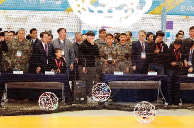 내빈과 관람객들이 드론축구를 관람하고 있다.