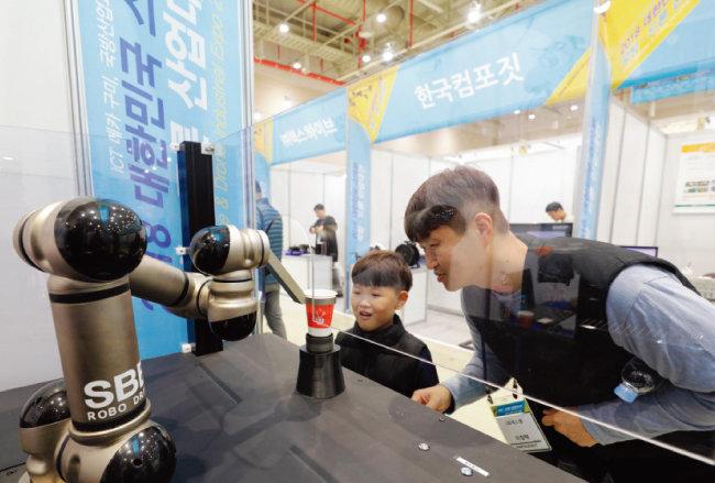 로봇이 타주는 커피는 행사 기간 내내 인기를 끌었다.