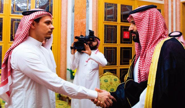 카슈끄지 살해사건의 주모자로 지목된 무함마드 빈 살만 사우디아라비아 왕세자(오른쪽)가 10월 23일 리야드 야맘마궁에서 카슈끄지의 아들 살라를 만나 악수하고 있다. 사우디 국영 SPA통신이 배포한 이 사진을 놓고 '잔인한 악수'라는 비난이 쏟아졌다. [AP=뉴시스]