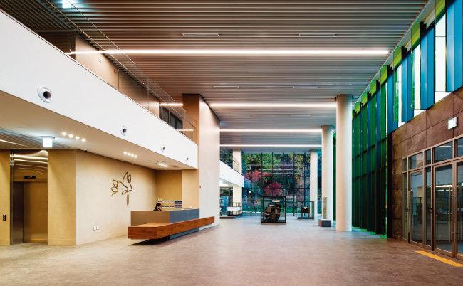 디어스 타워 1층과 2층이 뚫려 있는 로비. 3층 이상에서는 이 공간 대부분에 정원이 조성되고 그 주변부에 ㄷ자 형태로 사무공간이 설계돼 있다. [사진 제공 · 나르실리온(김용순)]
