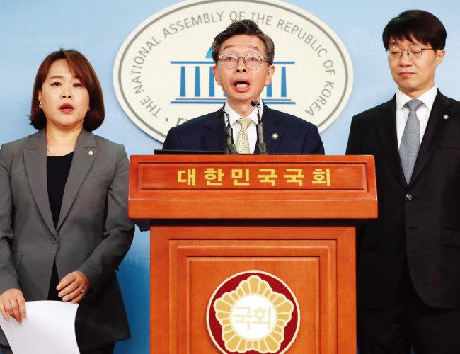 김현 대한변호사협회 회장(가운데)이 11월 8일 서울 여의도 국회 정론관에서 기자회견을 열고 블록체인 산업제도화를 위한 법령 정비를 촉구하고 있다. [뉴스1]