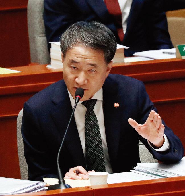 11월 8일 국회 예산결산위원회에 출석해 의원의 질의에 답변하고 있는 박능후 보건복지부 장관. [동아DB]