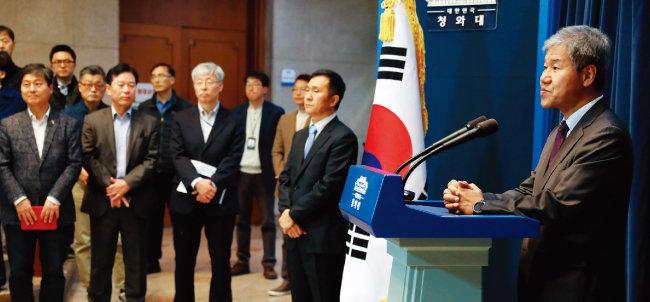 김수현 신임 대통령정책실장(오른쪽)과 김연명 신임 대통령사회수석비서관(태극기 왼쪽)이 11월 11일 오후 청와대 춘추관에서 취임 첫 기자간담회를 하고 있다 [청와대사진기자단]