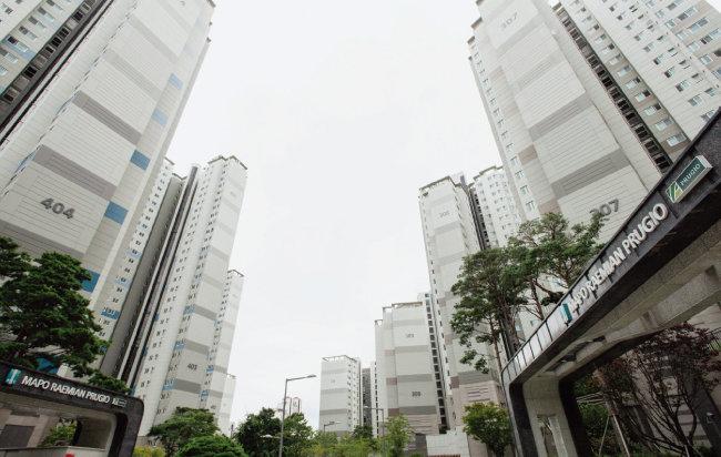 올해는 서울 시내 신축 아파트가 매매가 상승을 견인했다는 평가가 지배적이다. 사진은 마포구 아현동의 신축 아파트 전경. [동아DB]