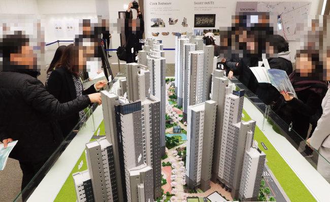 전문가들은 내년 부동산시장을 각기 다르게 전망한 데 반해, 청약시장은 대부분 인기가 높을 것으로 내다봤다. 사진은 10월 31일 서울 서초우성 1차 재건축 '래미안리더스원' 본보기집에 몰린 방문객들의 모습. [뉴시스]