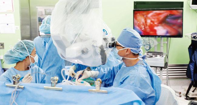 김종현 고대구로병원 신경외과 교수가 안면신경 경련 환자의 뇌수술을 하고 있다. [박해윤 기자]