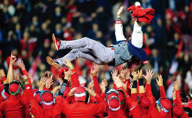 11월 12일 서울 잠실야구장에서 열린 한국시리즈 6차전에서 두산 베어스를 꺾고 우승을 달성한 SK 와이번스 선수들이 트레이 힐만 감독을 헹가래하고 있다. [동아DB]