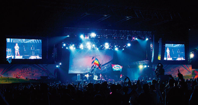 2010년 지산밸리 락 페스티벌의 '언니네 이발관' 공연 장면. [뉴시스]
