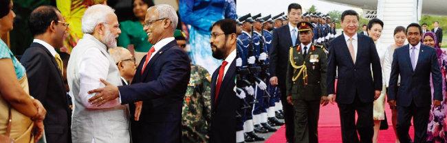나렌드라 모디 인도 총리(왼쪽에서 세 번째)가 이브라힘 모하메드 솔리 몰디브 대통령과 반갑게 인사하고 있다(왼쪽). 2014년 몰디브를 방문한 시진핑 중국 국가주석 부부가 당시 압둘라 야민 대통령(오른쪽) 부부의 영접을 받고 있다. [나렌드라 모디 인도 총리 트위터, 중국 외교부]