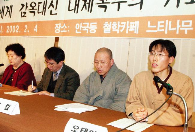 2001년 12월 자칭 평화주의자이자 불교도인 오태양 씨가 양심적 병역거부를 선언한 이듬해 기자회견을 하는 모습. [동아DB]