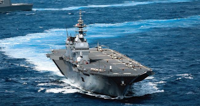 일본 해상자위대의 대형헬기 탑재 호위함 이즈모호가 항해하고 있다. [일본 해상자위대]