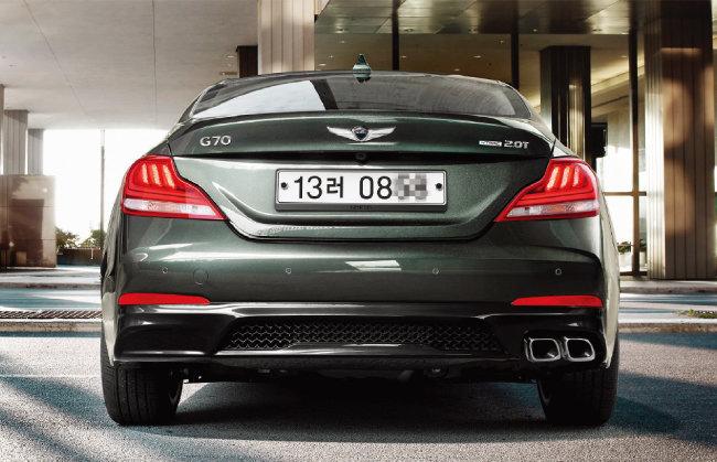 경쾌하게 솟은 트렁크 엔드, 스포티한 느낌의 범퍼 등 제네시스 G70의 후면은 역동적인 디자인이 적용됐다. [사진 제공 · 현대자동차]